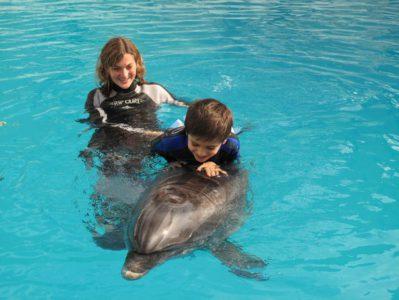 мама с мальчиком и дельфин