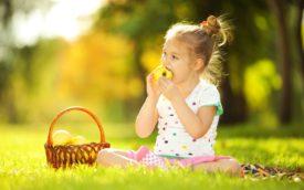 девочка в лесу ест яблоки