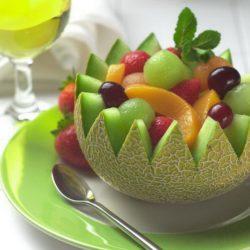фрукты в тарелке из дыни