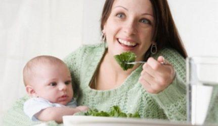 мама с грудным ребенком ест зелень