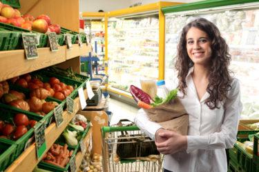 девушка в овощном отделе с сумкой