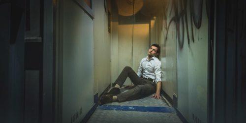 мужчина в замкнутом пространстве
