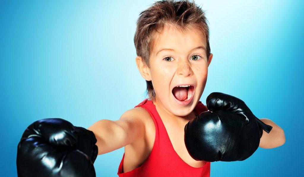 мальчик в боксерских перчатках