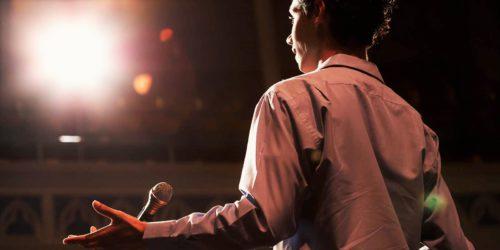 мужчина на сцене