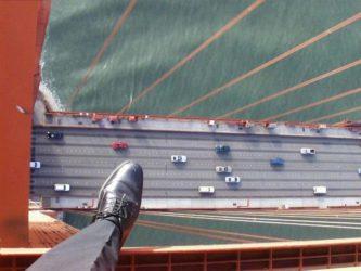 человек смотрит с высоты