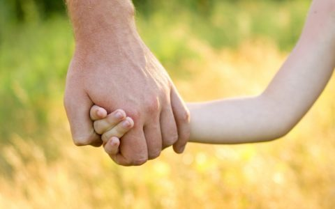 папа держит за руку ребенка