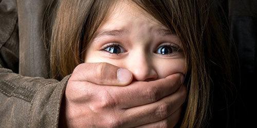 ребенку зажимают рот