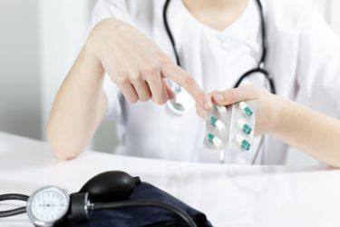 врач показывает на таблетки