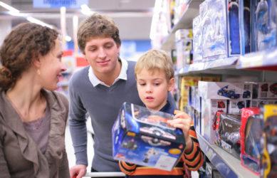 ребенку покупают машинку в магазине