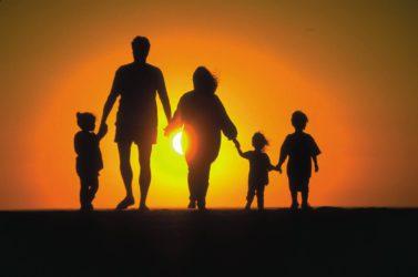 семья гуляет по берегу