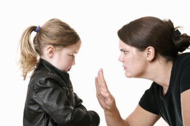мама что-то запрещает ребенку