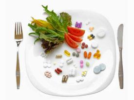 лекарства и продукты на тарелке