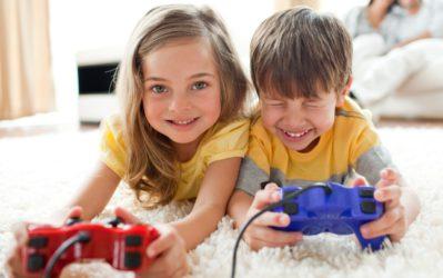 мальчик и девочка играют в компьютер