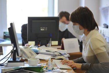 работники за компьютерами в масках