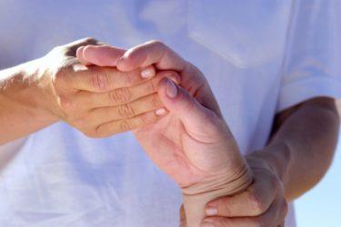 врач смотрит поврежденную руку