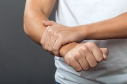Перелом лучевой кости со смещением и без: клинические проявления, принципы лечения