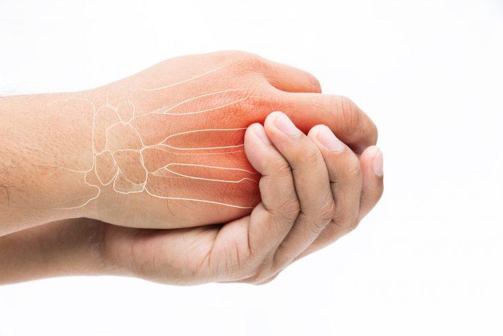 Очень сильно болят суставы кистей рук