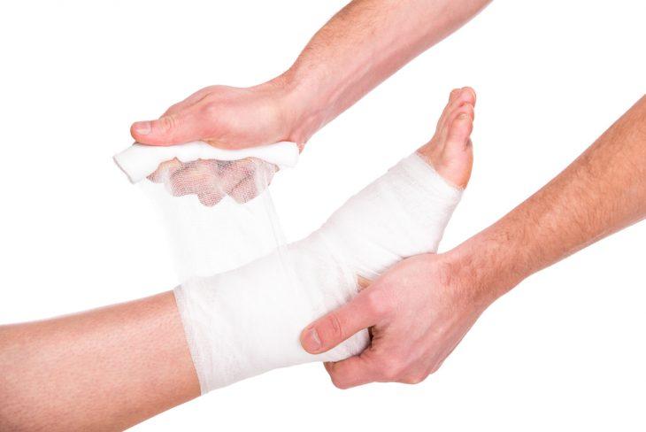Признаки и лечение перелома ноги со смещением и без