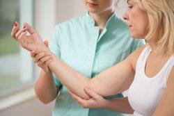 Травма предплечья и локтевого сустава: первая помощь