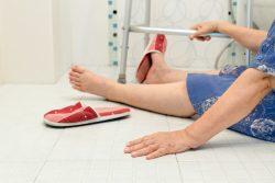 Перелом шейки бедра в пожилом возрасте: чем опасен, симптомы, последствия