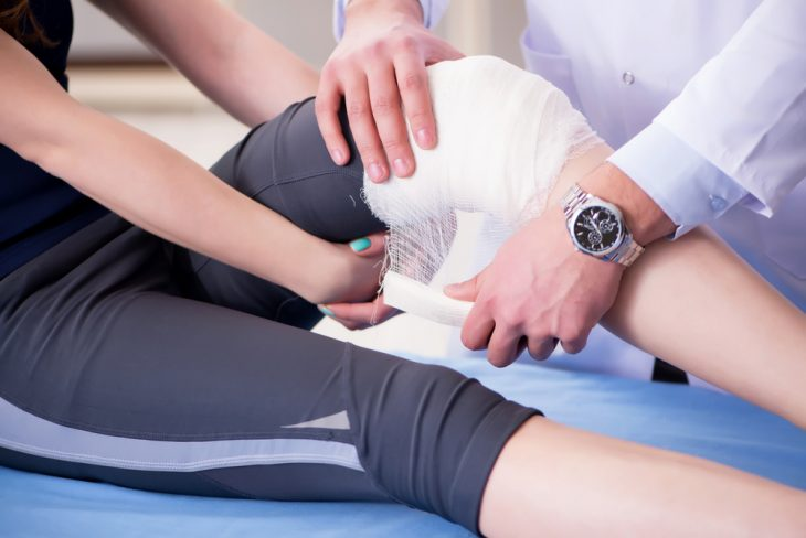 Перелом коленного сустава первая помощь витаминный комплекс для суставов после эндопротезирования