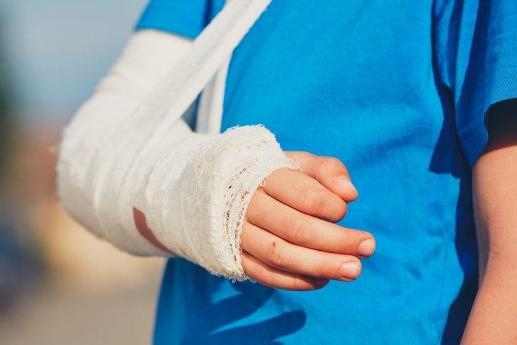 Перелом плеча у пожилого человека: помощь и лечение