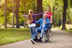 Организация прогулок на свежем воздухе для тяжелобольных