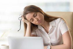 8 заболеваний и состояний, при которых человек испытывает сонливость