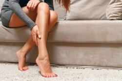 Сводит ноги судорогой: что делать?