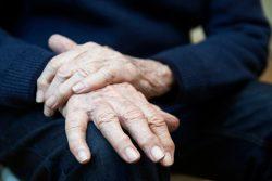 Почему трясутся руки: причины тремора рук